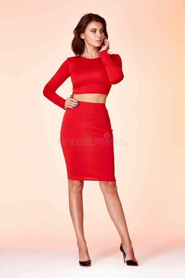 Der Modeart der Frau schöner Sekretär d vorbildliches rotes dünnes Kleider stockfoto