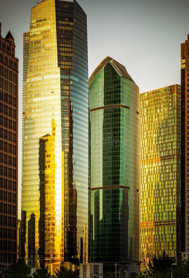 In der modernen Stadt von hohen Gebäuden stockbild