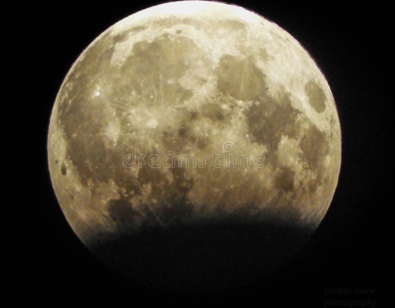 Der Mond… in einer bewölkten Nacht lizenzfreie stockfotografie