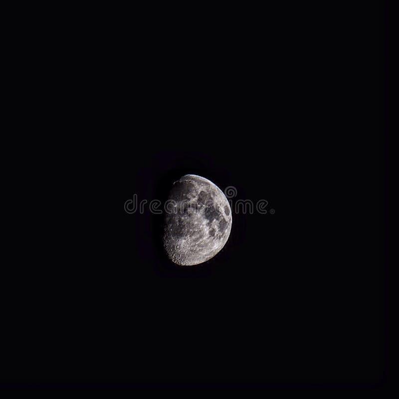 Der Mond… in einer bewölkten Nacht lizenzfreies stockbild