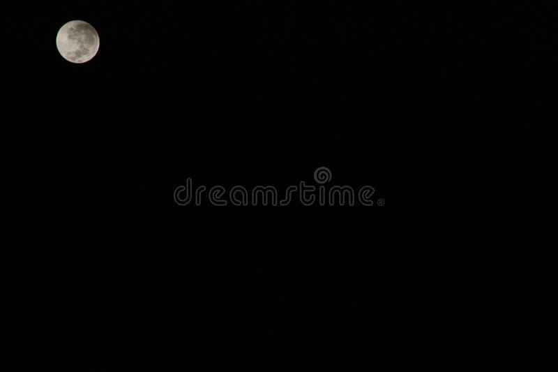 Der Mond über einem Meer stockfotos