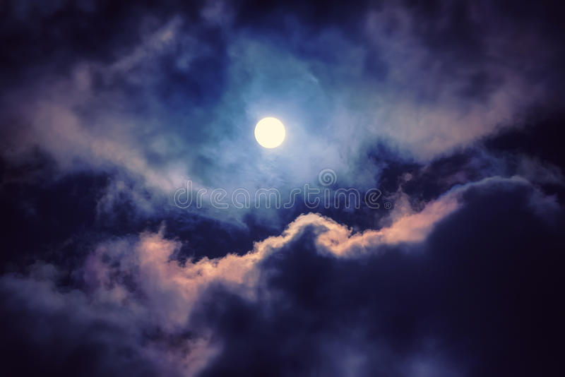 Der Mond auf dem dunklen Himmel lizenzfreies stockbild