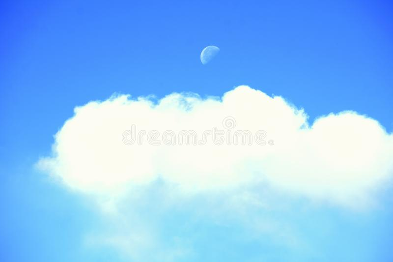 Der Mond bis zum Tag eines Gegenstandes lizenzfreies stockfoto