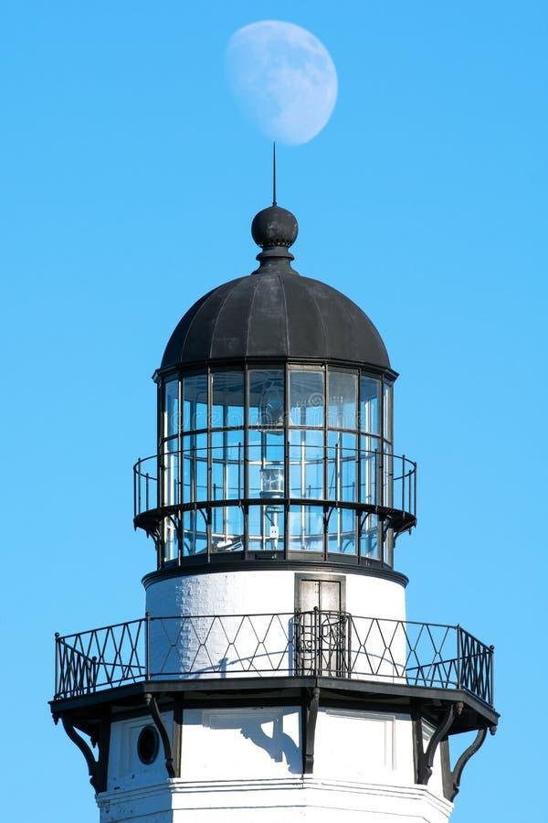 Der Mond hängt über der Spitze des Montauk-Punkt-Leuchtturmes, Long Island, New York stockbild