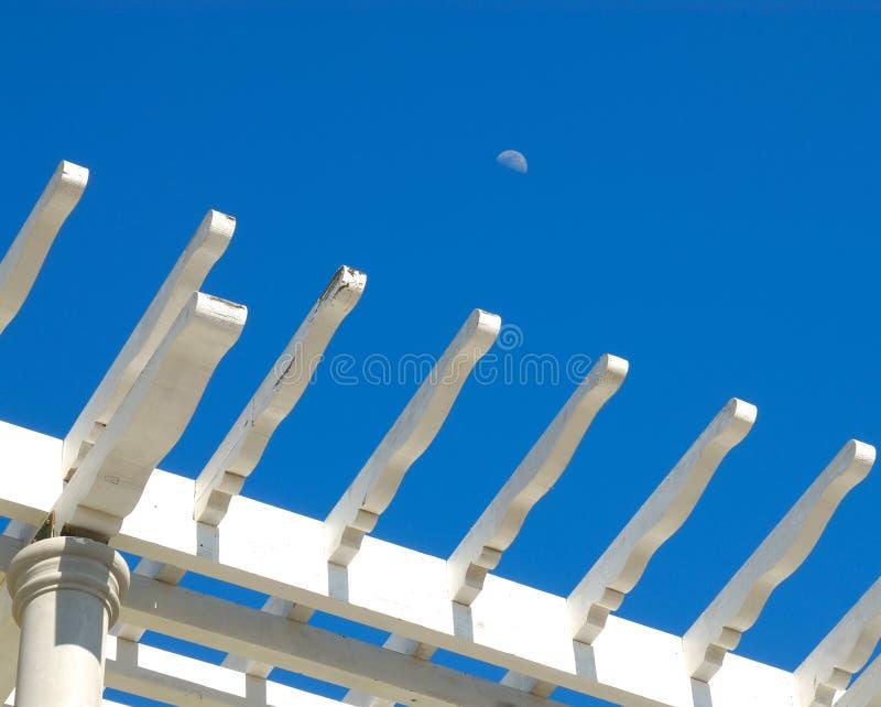 Der Mond und der Pergola lizenzfreies stockfoto