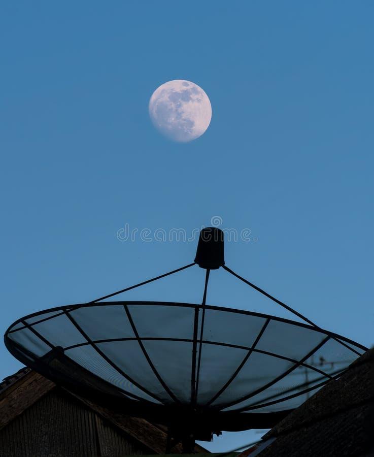 Der Mond- und sattelliteteller stockbilder