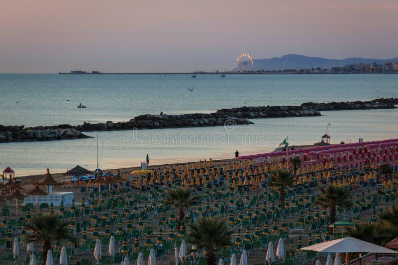 Der Morgen auf dem Strand von Torre Pedrera in Rimini in Italien lizenzfreies stockfoto