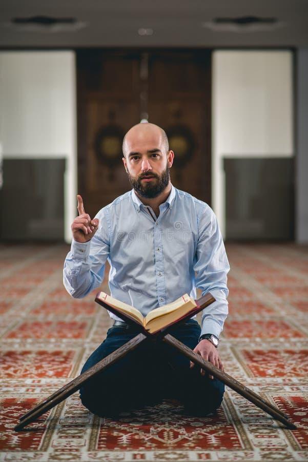 Der moslemische Lesungskoran lizenzfreies stockbild