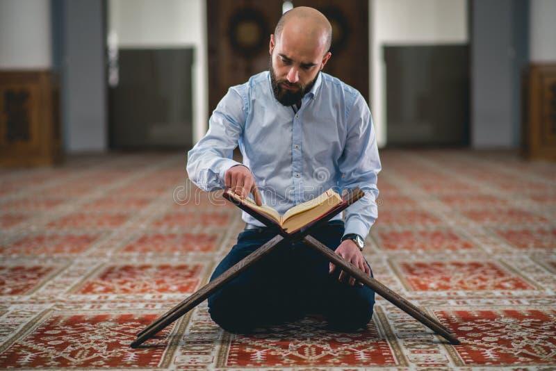 Der moslemische Lesungskoran lizenzfreie stockfotografie