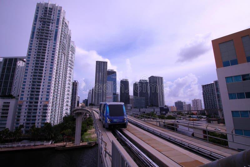 Der Motro-Urheber-elektrische Pendelzug, der unten die Bahnen von Brickell in Miami kommt stockfoto
