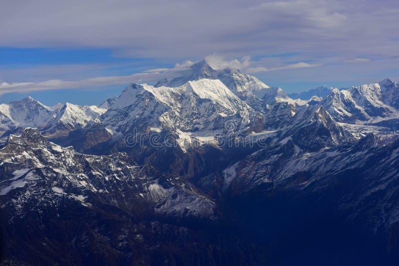 Der Mount Everest, der höchste Berg der Welt, erhebt sich über den anderen Himalaya-Bergen lizenzfreies stockfoto