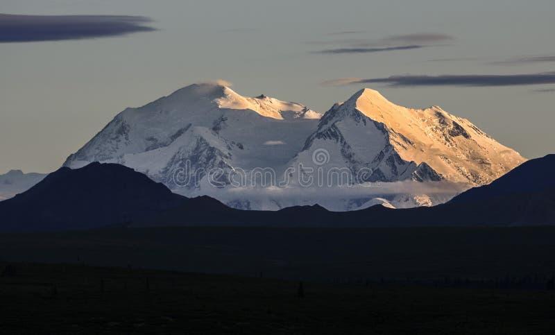 Der Mount McKinley bei Sonnenuntergang stockfotografie