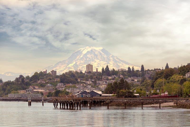 Der Mount Rainier über Stadt von Staat Washington Tacomas stockbilder