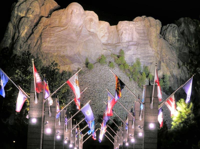Der Mount Rushmore Denkmal und Allee von Flaggen bis zum Nacht lizenzfreies stockfoto