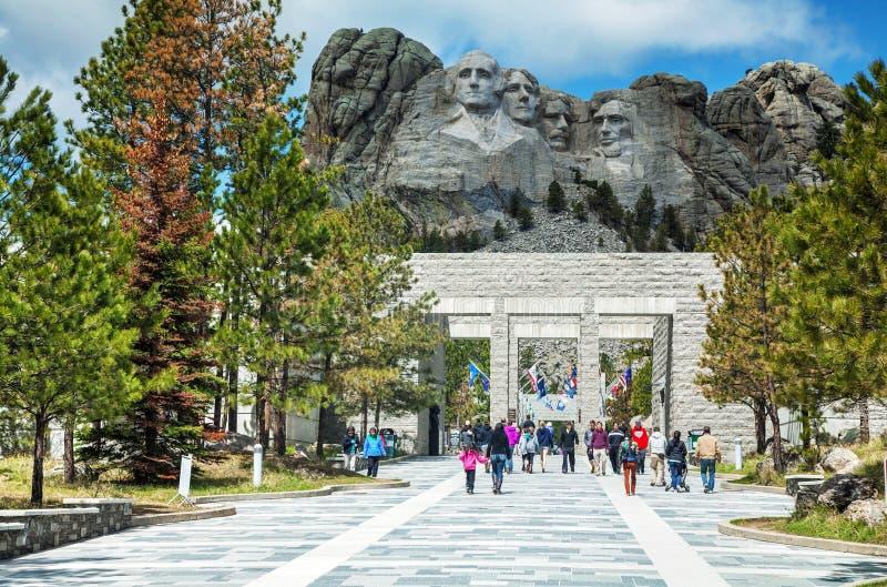 Der Mount Rushmore Monument mit Touristen nähern sich Fundament, Sd lizenzfreies stockbild