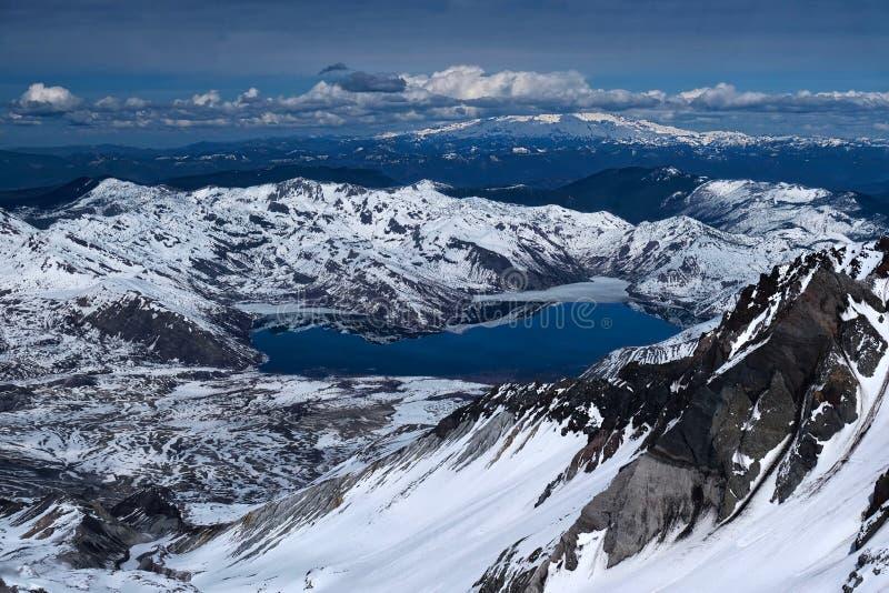 Der Mount- Saint Helenskrater und Spirit See mit dem Mount Rainier im Abstand stockbilder