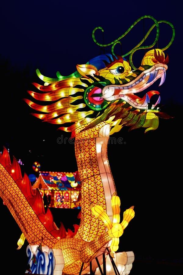 Der mythische chinesische Drache am Laternen-Festival stockbild