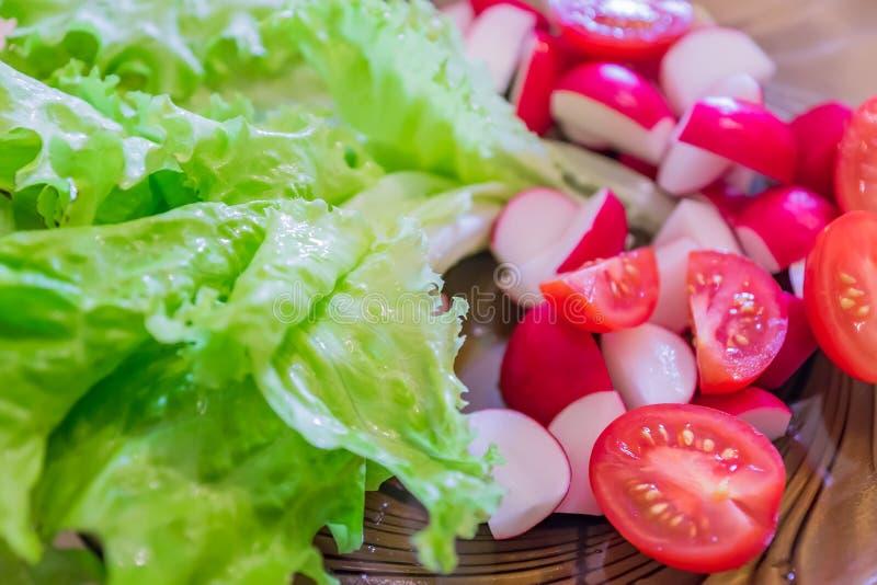 In der Nähe befindet sich frischer vegetrianischer Salat aus Tomaten-, Rot- und Salat stockfoto