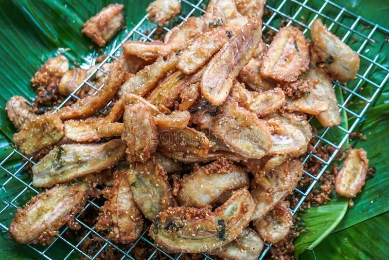 In der Nähe des berühmten thailändischen Snacks auf Bananenblatt gebrannte Banane, verwenden Sie gebratenes Öl bis Gold dann mit  lizenzfreie stockfotos