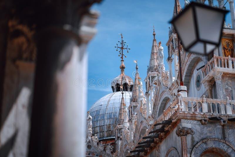 In der Nähe des Markusplatzes auf der Oberseite der Basilika San Marco, der Markusbasilika in Venedig, Italien Detailfassade lizenzfreies stockfoto