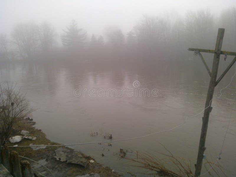 Der Nebel auf dem Fluss lizenzfreie stockfotos