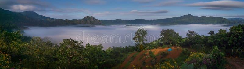 Der Nebel mit Gebirgshintergrund in der Nacht, Landschaft bei Phu stockbild