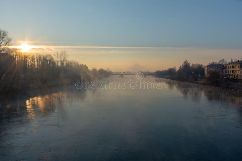 Der Nebel steigt vom Fluss adda kurz nach Dämmerung stockfoto
