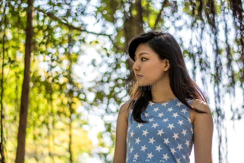 Der nette Asiat im Park stockbild