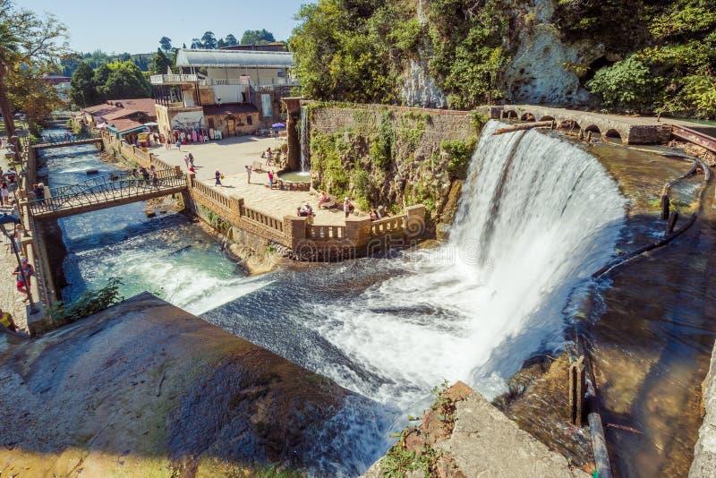 Der neue Athos-Wasserfall am sonnigen Sommertag Große Ansicht von der Spitze stockfoto