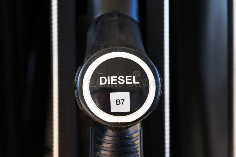 Der neue Brennstoff, der an der Tankstelle beschriftet, pumpt mit neuen EU-Aufklebern stockfotos