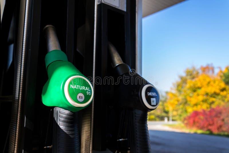 Der neue Brennstoff, der an der Tankstelle beschriftet, pumpt mit neuen EU-Aufklebern lizenzfreies stockfoto