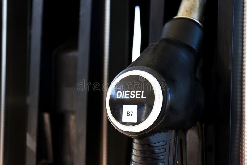 Der neue Brennstoff, der an der Tankstelle beschriftet, pumpt mit neuen EU-Aufklebern lizenzfreie stockbilder