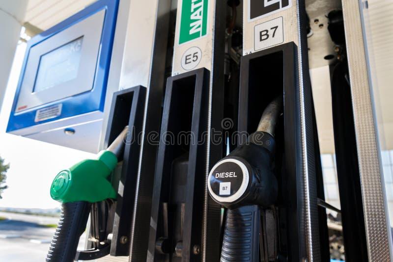 Der neue Brennstoff, der an der Tankstelle beschriftet, pumpt mit neuen EU-Aufklebern stockfoto