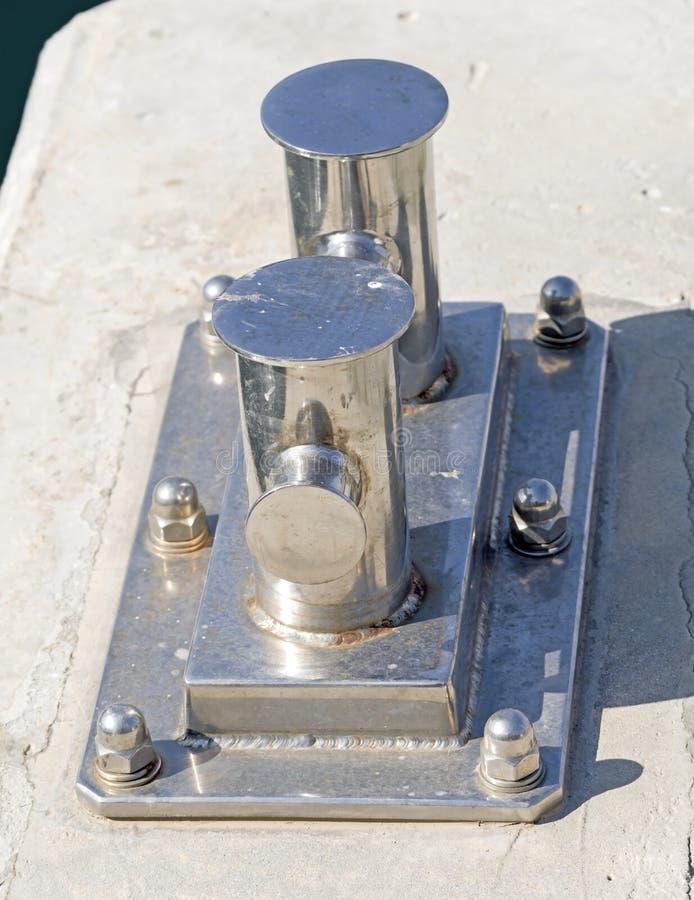 Der Nickel-überzogene Schiffspoller lizenzfreie stockbilder