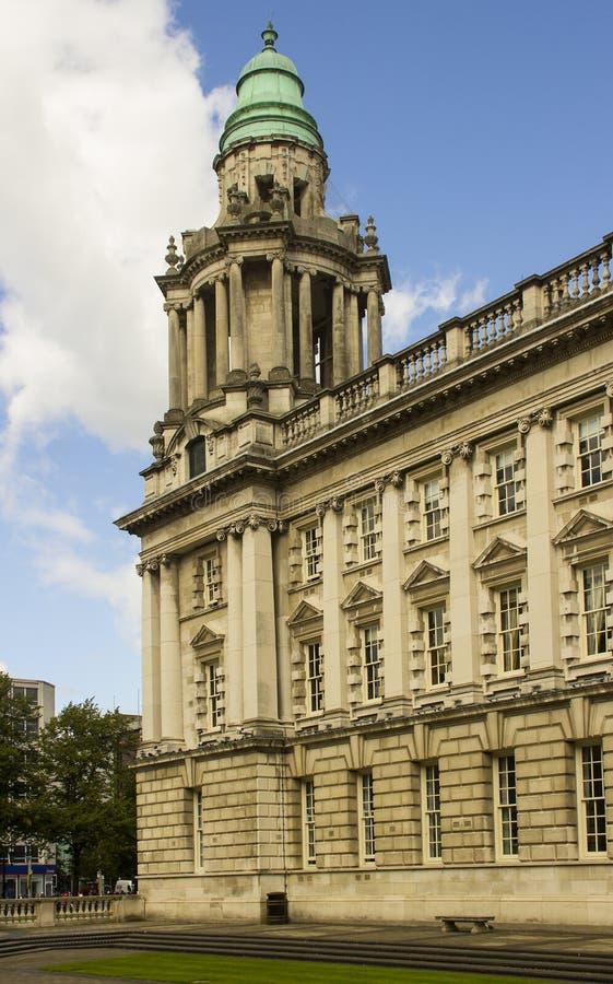 Der Nordosteckturm von eindrucksvollen BelfastRathaus in Belfast Nordirland lizenzfreies stockfoto
