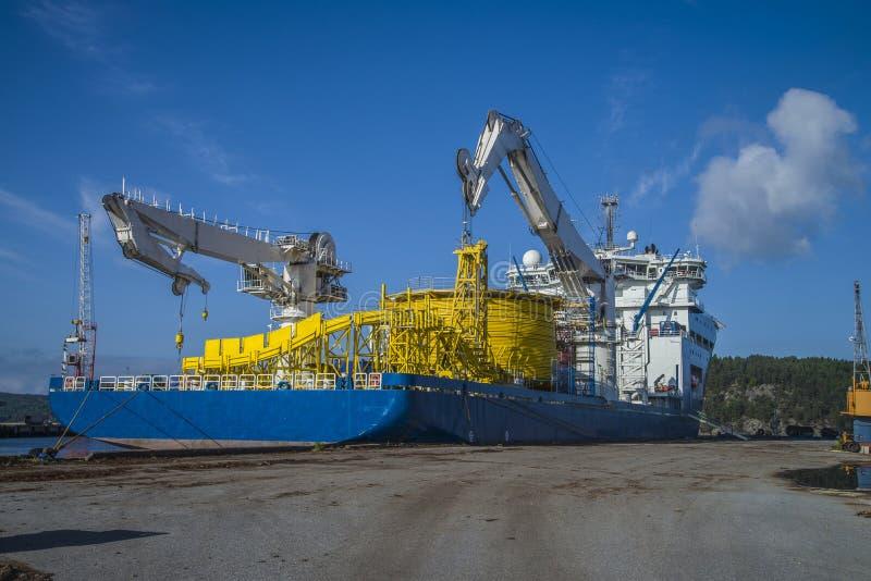 Der Nordseeriese Millivolts, der zum Dock am Hafen von festgemacht wird, halden noch stockfoto