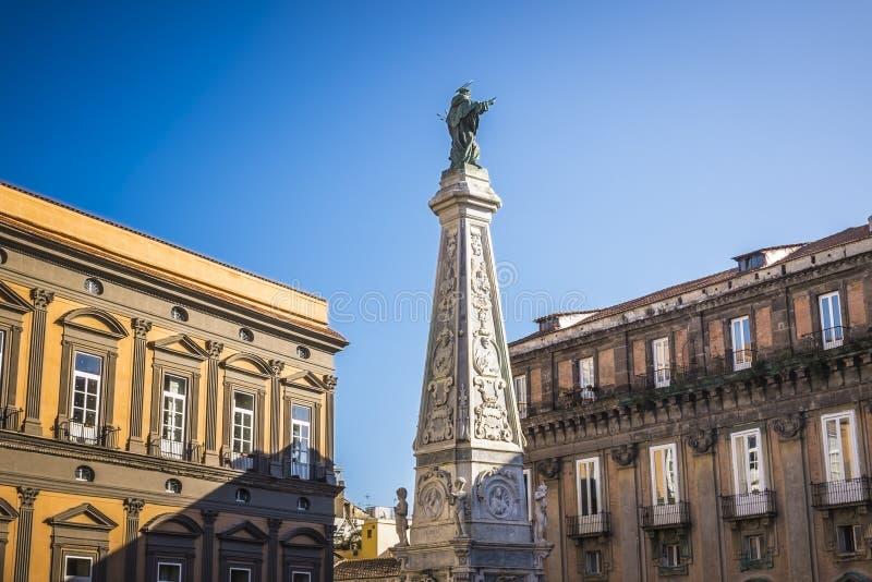 Der Obelisk von Kirche und von Quadrat Sans Domenico in Neapel, Italien stockbilder