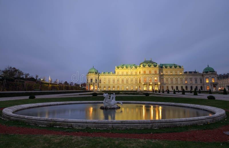Der obere Belvederepalast mit fontain in Wien, Österreich lizenzfreie stockfotografie