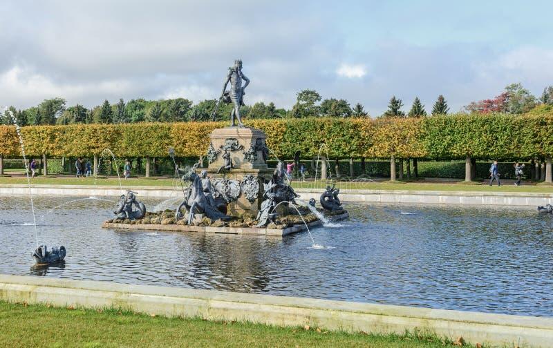 Der obere Park wurde unter Zar Peter I hergestellt Es ist in Peterhof zwischen St- Petersburgallee und dem großartigen Peterhof stockfotografie