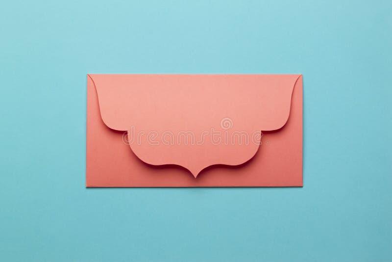 Der orange Umschlag auf Türkispapierhintergrund lizenzfreie stockfotografie