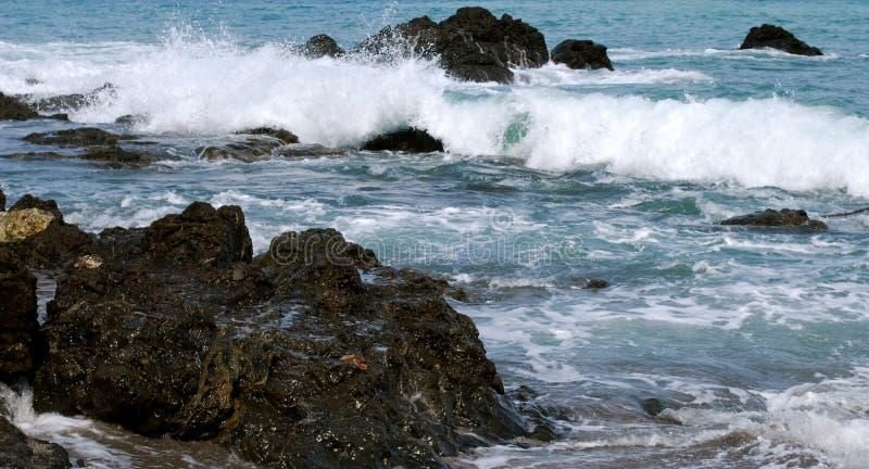 Der Ozean hetzt herein lizenzfreies stockfoto