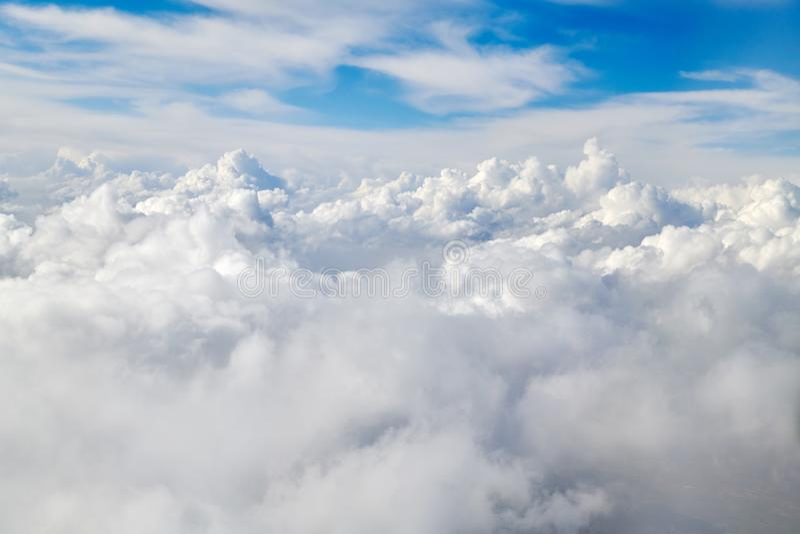 Der Ozean von Wolken und von blauem Himmel lizenzfreie stockfotografie
