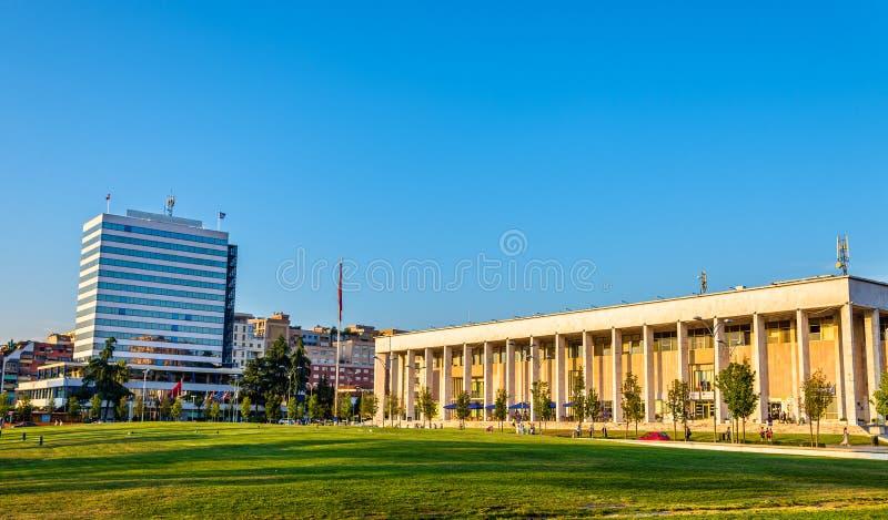 Der Palast der Kultur in Tirana lizenzfreie stockfotos