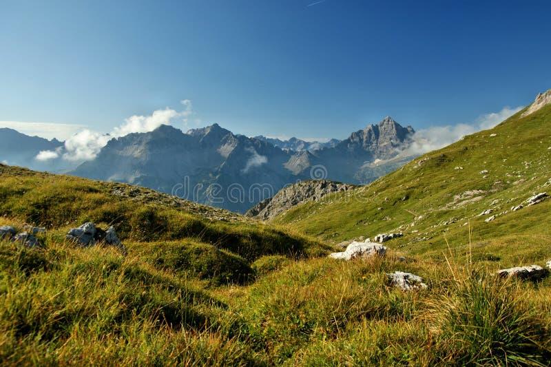 Der Panoramablick zum Berg lizenzfreies stockbild