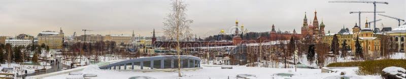 Der panoramische Winter Moskau-Stadt und Kreml durch Zaryadye-Park lizenzfreie stockfotografie