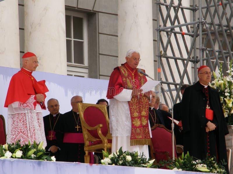 Der Papst besichtigt Genua stockfotos
