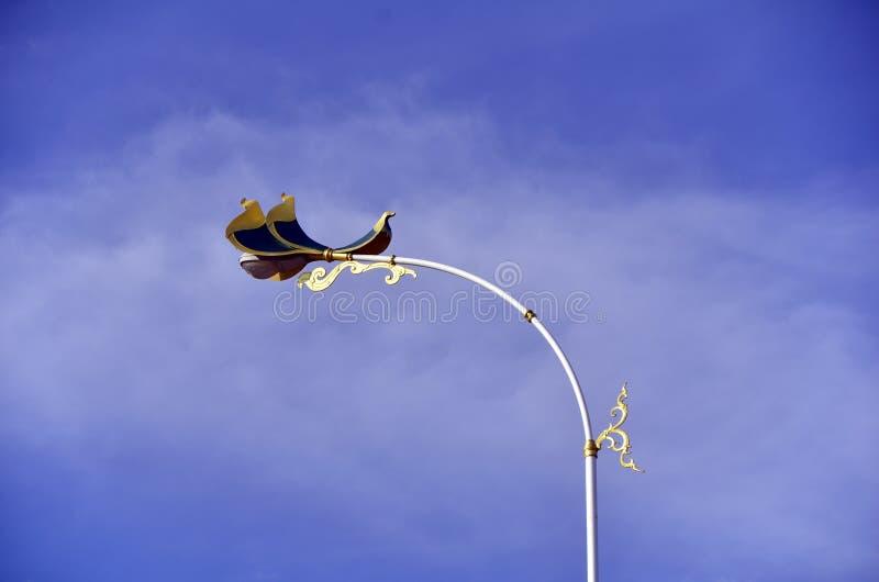 Der Paradiesvogel Straßenlaternedekoration auf der zweiten Thailändisch-Myanmar-Freundschafts-Brücke lizenzfreies stockbild
