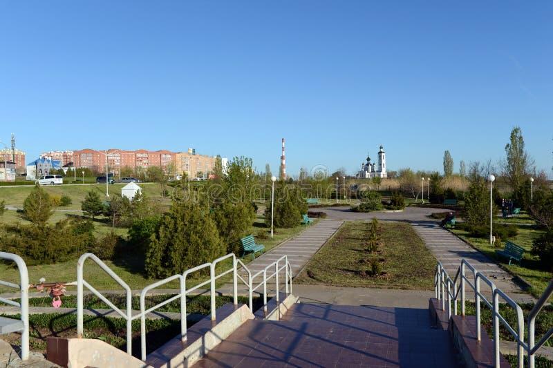 Der Park des komplexen ` Erinnerungshügels Kosakenruhm ` auf dem Damm in Volgodonsk stockfotografie
