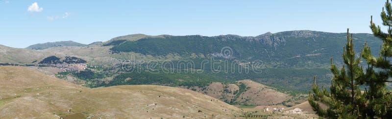 Der Park von Rocca Calascio, Ansicht über den Berg Gran Sasso stockbilder