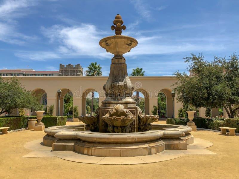 Der Pasadena-Rathaus-Garten und -brunnen lizenzfreie stockfotografie